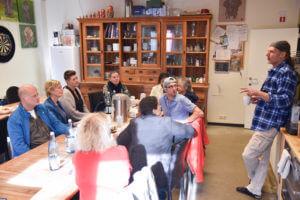 Groep mensen van de organisatie EVA aan tafel bij Bertyn