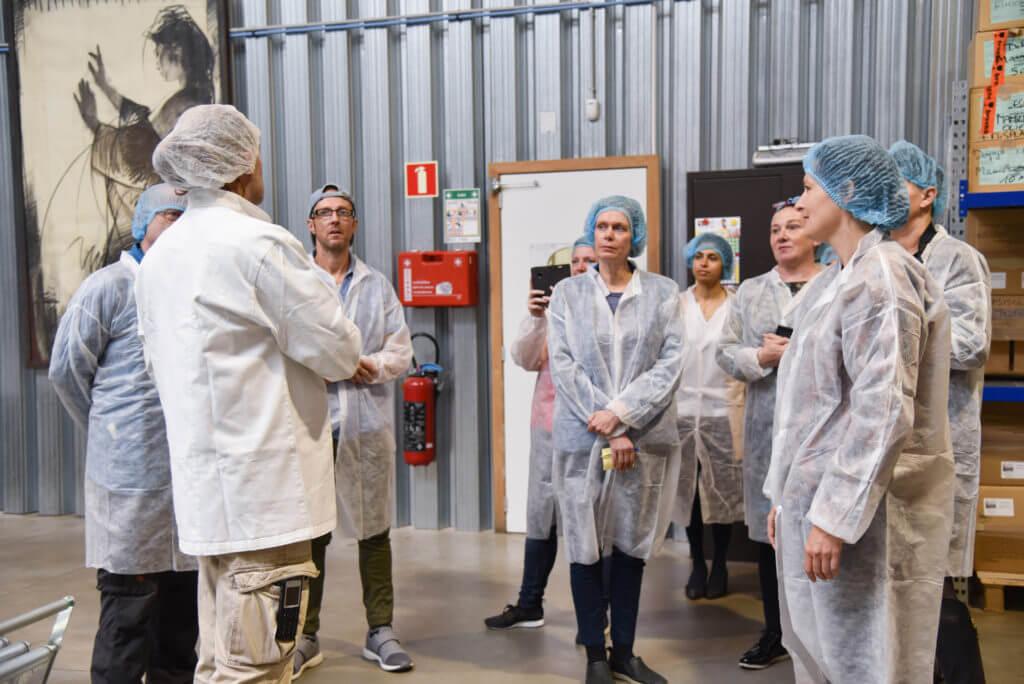 groep mensen van EVA in witte jassen in de productie ruimte van Bertyn