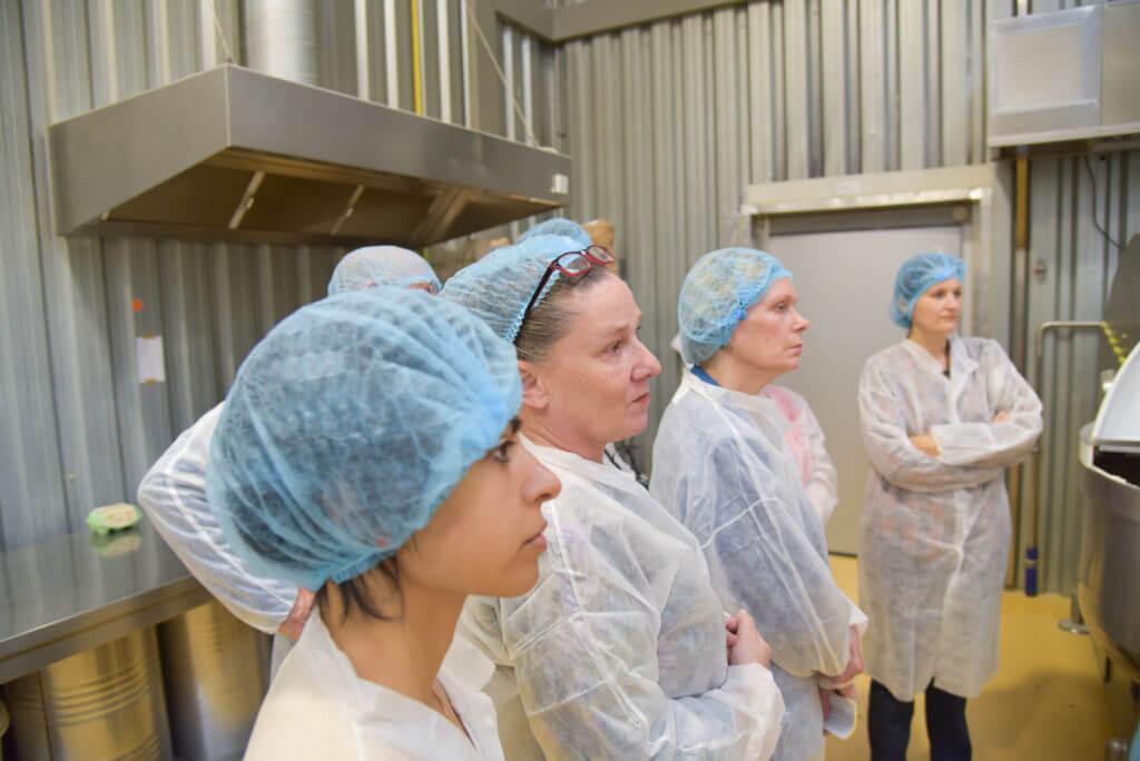 Groep van mensen van EVA luisteren in de productie ruimte van Bertyn