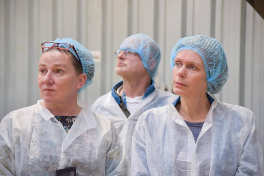 3 mensen van EVA luisteren aandachtig naar productie van seitan uitleg