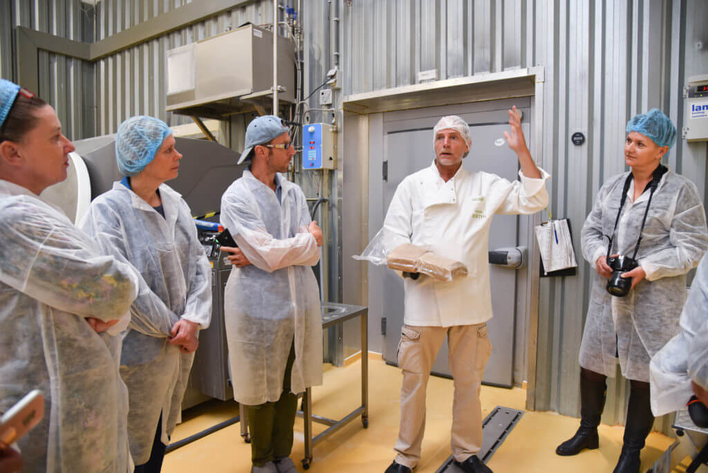 Groepje mensen van EVA krijgen een uitleg over seitan in de productieruimte van Bertyn