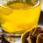 Heldere bouillon met blokjes seitan in marinade van truffel