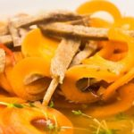 Heerlijke groentesoep met seitan en tagliatelle van wortel