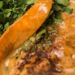 Afrikaanse goulashsoep met seitan en kikkererwten bestrooid met peterselie