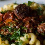 Heerlijke macaroni met pittige tomatensaus en gehaktballen van seitan