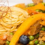 Légumes sautés au seitan, nouilles et curcuma