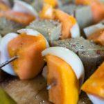 De heerlijke spiesjes met papaya en de seitan gegrild op de barbecue
