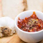 De heerlijke rode marinade wordt geserveerd met de seitan. Er wordt wat extra kruiden aan toegevoegd