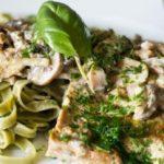 Tagliatelle met scaloppine Di Vitello van seitan. Met champignons