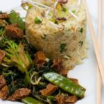 Teriyaki-Seitan-Rezept mit Reis und Erbsen