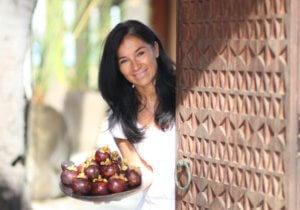 Vegetarische chef Chantal Voets met bord eten in hand