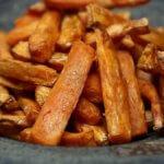 frietjes van zoete aardappel voor bij de vegan steak met peperroomsaus