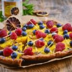 vegan taart recept voor citroentaartje met vers fruit en gedroogde citroen