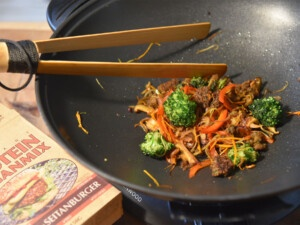 vegan stir fried wok vegetables recipe with seitan from Bertyn protein-rich meat substitute