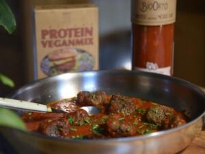 recept voor de beste vegan eiwitrijke balletjes in tomatensaus met instant mix van Bertyn