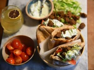 Bester veganer Döner Kebab in Pita-Brötchen mit Instant-Seitanmix