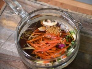 Rezept für Dashi-Gemüsesuppe mit proteinreichen Seitanbällchen.