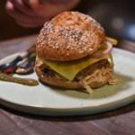 Rezept für einen proteinreichen veganen Burger mit Instant-Protein-Veganmix von Bertyn